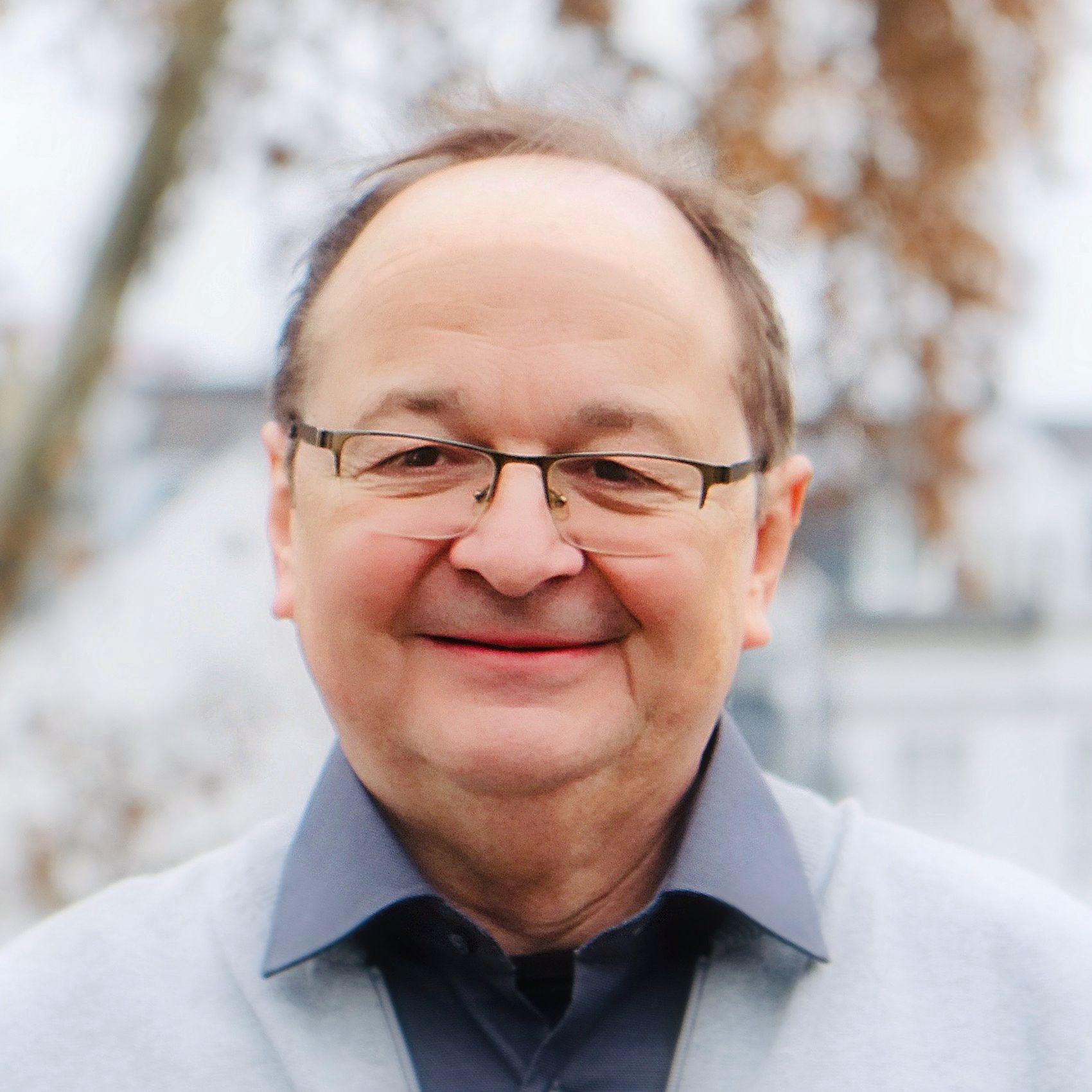 Auf dem Bild ist Bodo Noeske zu sehen, ein Versicherungsmakler aus Mainz